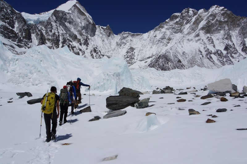 A surprising number of boulders are strewn across the middle of the glacier.