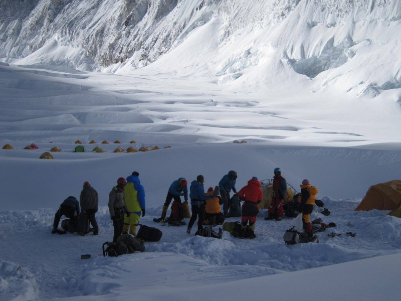 Team Hybrid gets ready to move a hundred meters to the LZ. Sunshine almost here. (Photo: Jangbu Sherpa)