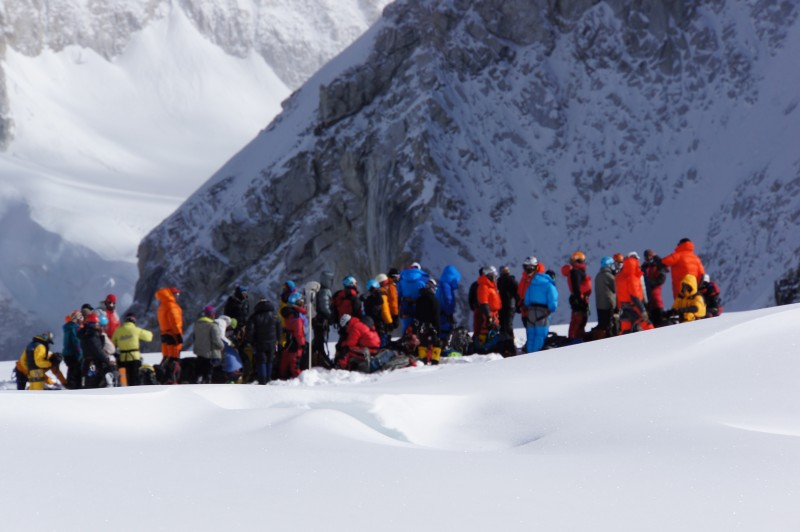 The queue that awaits us at the LZ, seen from C1 about 100 m away.