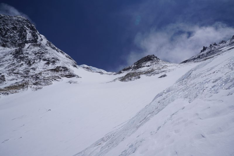Same location, panning a bit to the left. The snow field is so very seductive from here....